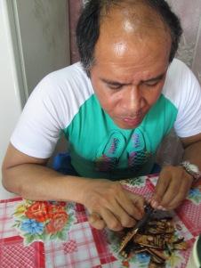 Comiendo la fruta cañandonga en Santiago de Cuba